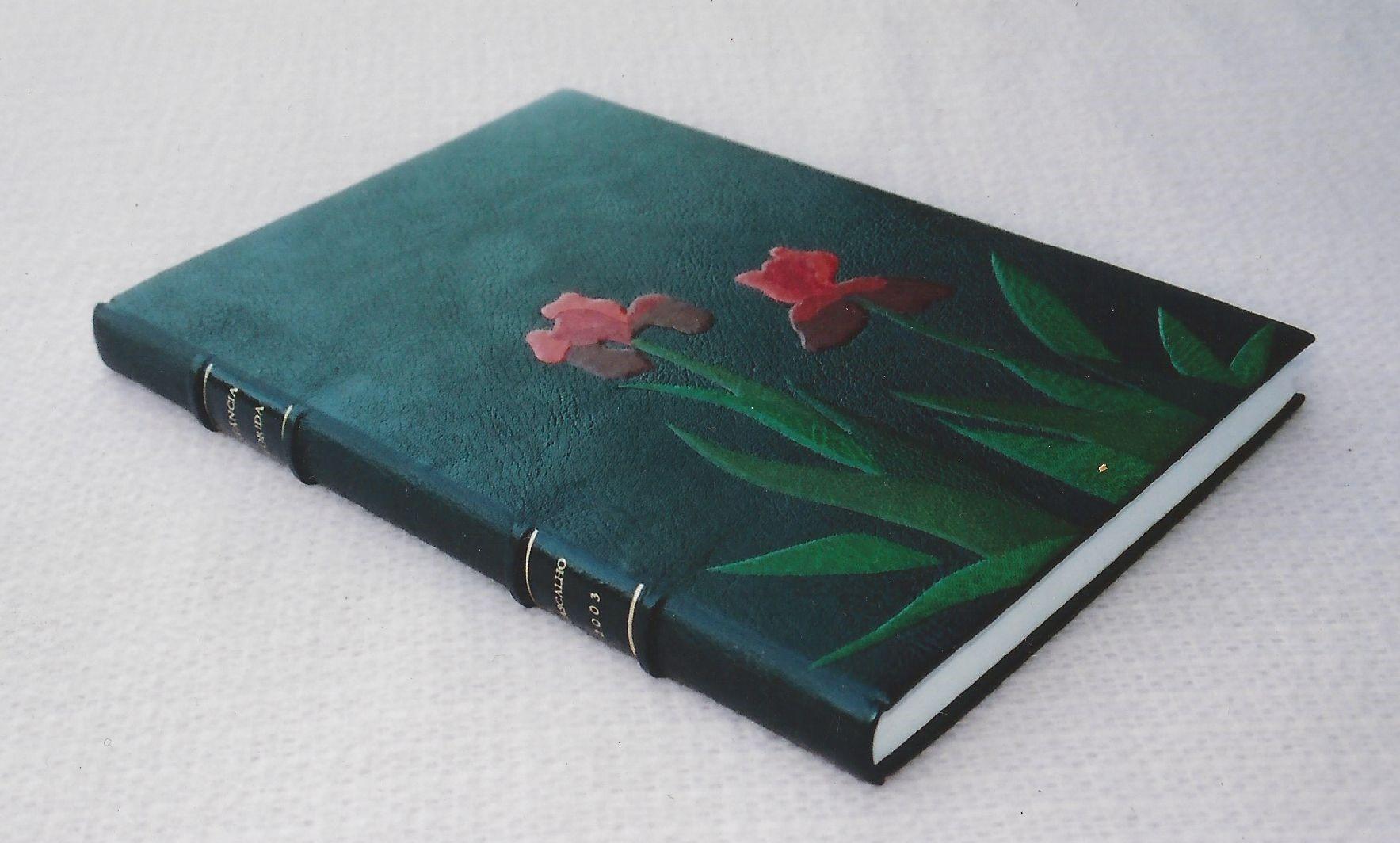 Livro de Ouro em pleno couro com aplicação de mosaico em couro.