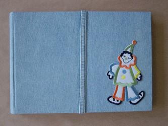 Álbum fotográfico infantil em jeans com aplique.